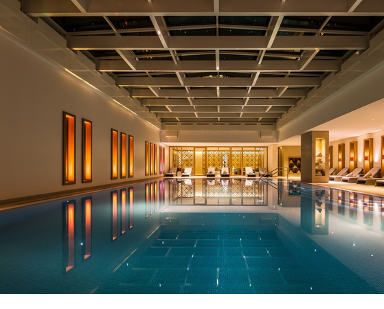 Swimming pool in the evening overlooking the relaxation area and the SPA café of the Hotel Severin*s on Sylt